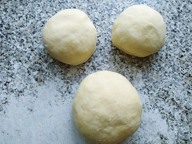 Делим тесто для лимонного пирога на три части