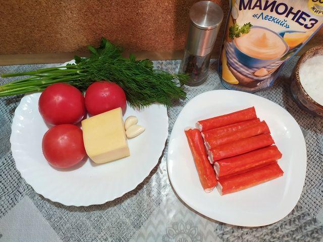 Ингредиенты для крабового салата: крабовые палочки, сыр, помидоры, зелень, чеснок, майонез, соль и перец