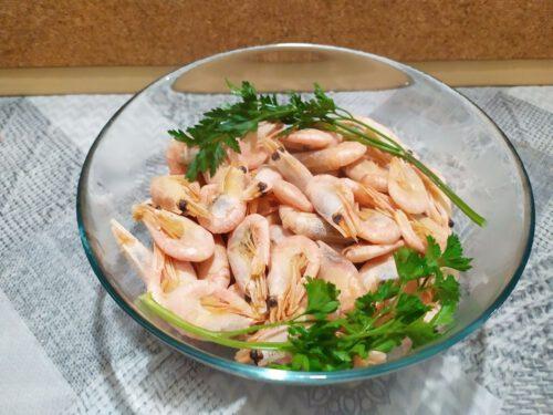 Как варить креветки, фото 1 кг вареных креветок в миске