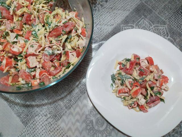 Крабовый салат с помидорами на тарелке и в миске
