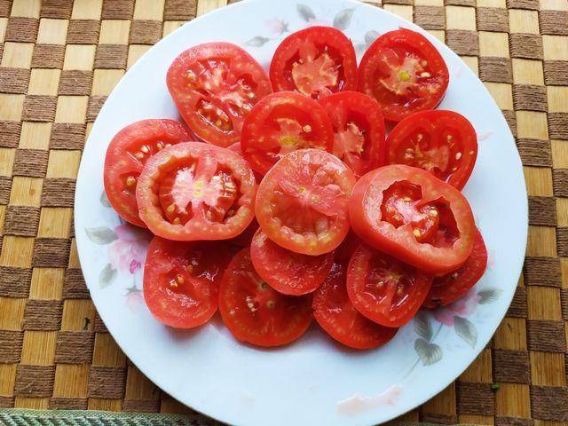 Нарезаем кольцами помидоры