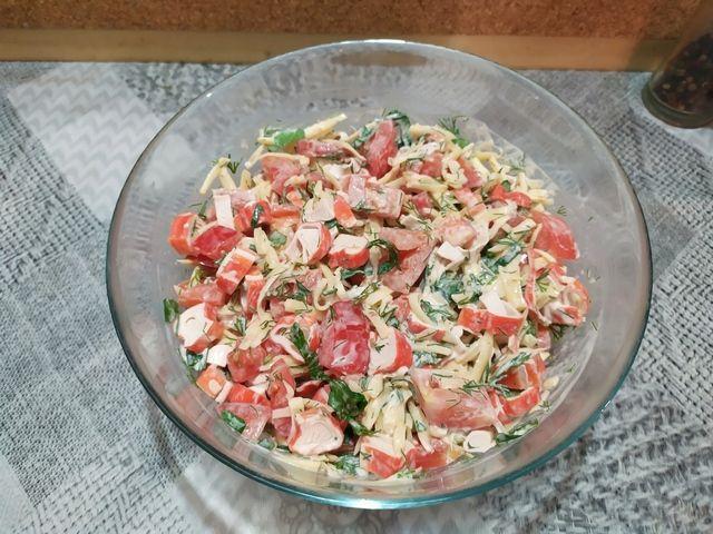 Заправляем салат из крабовых палочек