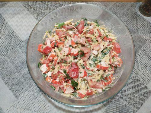 Салат с крабовыми палочками и помидорами в салатнике