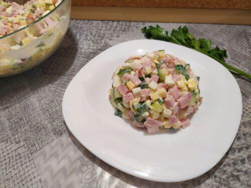 Салат с ветчиной и сыром на раздаточной тарелке