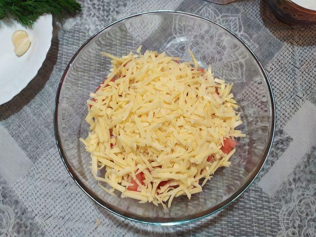 Трем сыр для салата и добавляем в салатник